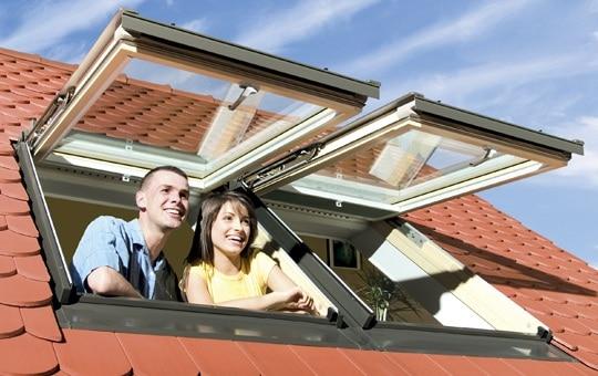 Výklopně-kyvné střešní okno a šťastní lidé